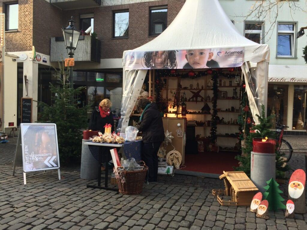 Verkauf von Weihnachtströdel zugunsten der Artemed Stiftung